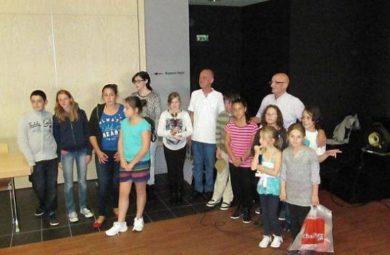 Les organisateurs du tournoi de sudoku, en compagnie des lauréats enfants et adolescents.